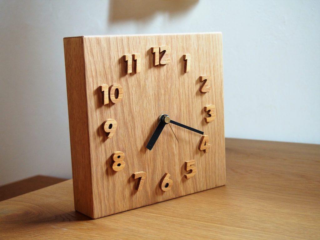 木の時計の写真
