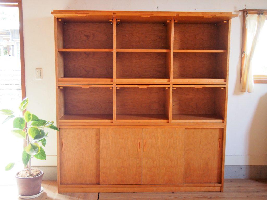 フラップ扉の本棚の写真